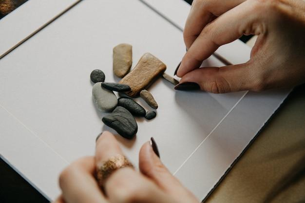 Figuras de pedra embutidas no papel em branco