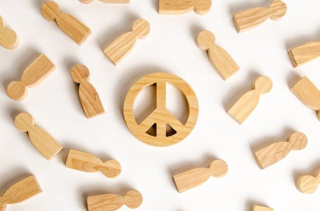 Figuras de pessoas cercam o símbolo do mundo. o conceito de desejo público pela paz
