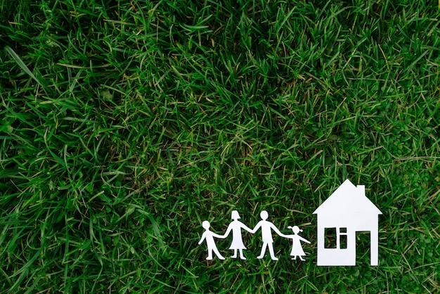 Figuras de pessoas e casas em um fundo de grama