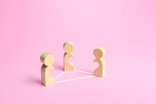 Figuras de pessoas em um triângulo amoroso. dificuldade de relacionamento, amor não reconhecido