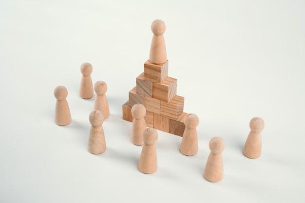 Figuras de xadrez e escada de madeira de brinquedo, conceito que simboliza conquistas