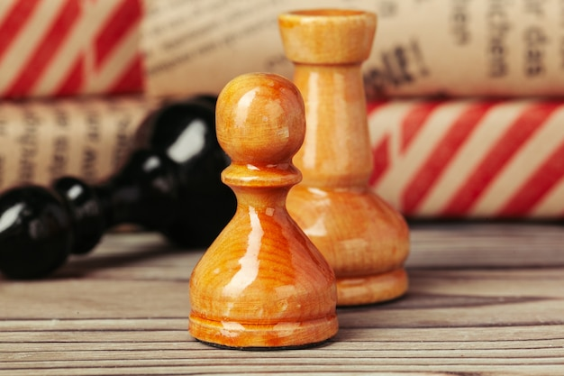 Figuras de xadrez em fundo de mesa marrom woden