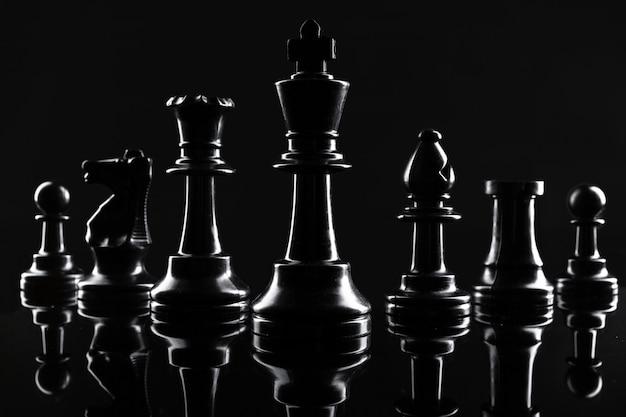 Figuras de xadrez em fundo preto escuro close-up