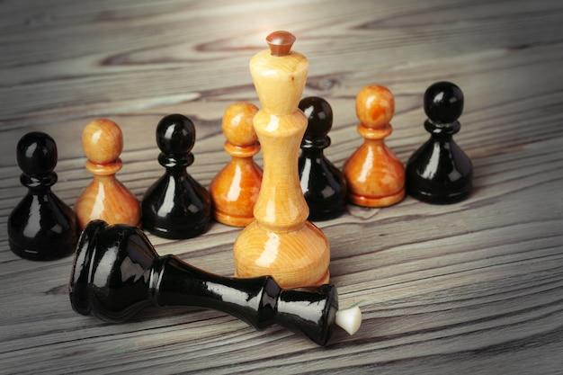 Figuras de xadrez na mesa de woden marrom