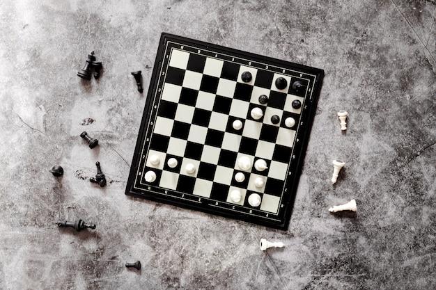 Figuras de xadrez, um jogo de xadrez em um moderno tabuleiro de xadrez de plástico
