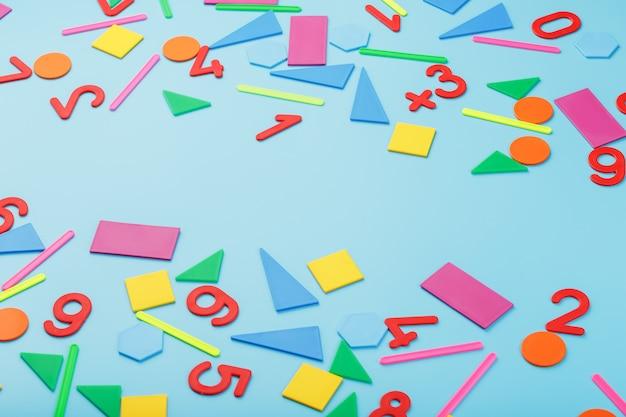 Figuras e números coloridos para crianças em um fundo azul. uma ferramenta para o desenvolvimento do pensamento infantil.
