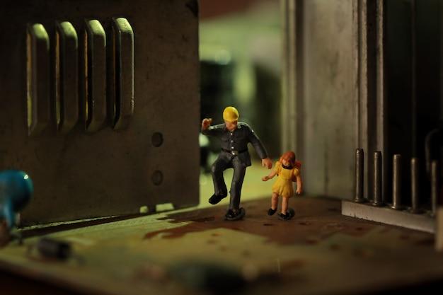 Figuras em miniatura pai e filha