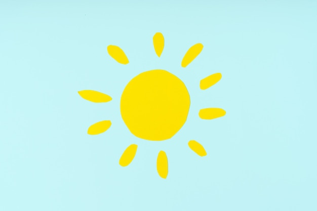 Figuras recortadas de papel colorido do sol. artesanato infantil para estudos da natureza ou aulas de meio ambiente