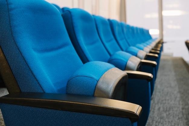 Fila de assentos almofadados