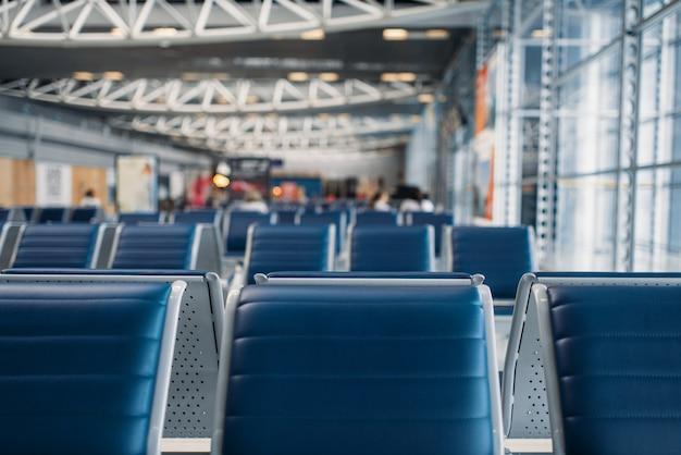 Fila de assentos na zona de espera do aeroporto, ninguém