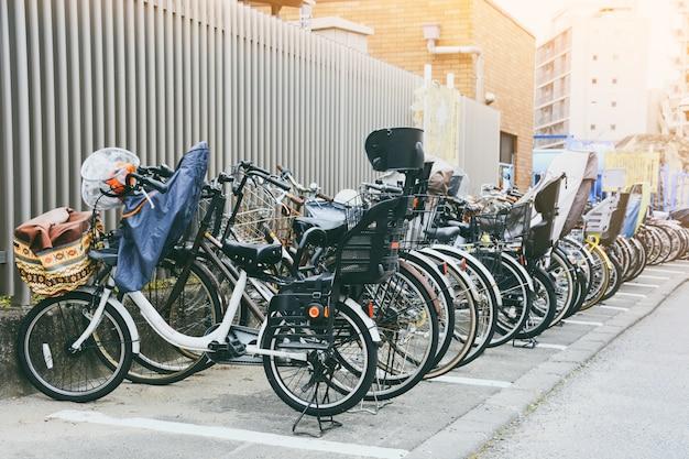 Fila, de, bicicleta, com, assento criança, parque, em, estacionamento bicicleta, ligado, a, calçada, em, tóquio, japão