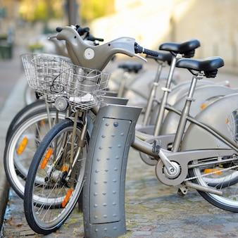 Fila de bicicletas da cidade para alugar em paris, frança