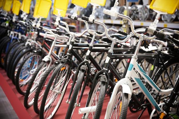 Fila de bicicletas novas no supermercado