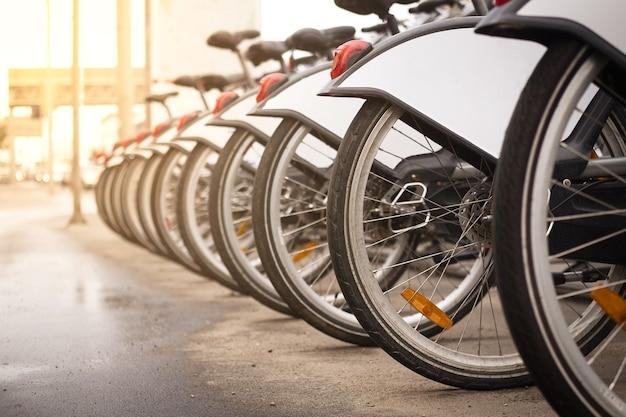 Fila de bicicletas para alugar na cidade serviço de compartilhamento de bicicletas conceito alternativo de transporte ecológico