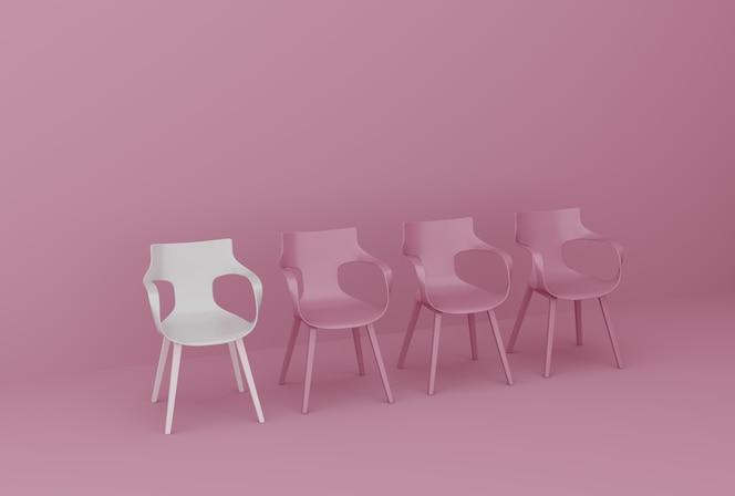 Fila de cadeiras na parede rosa
