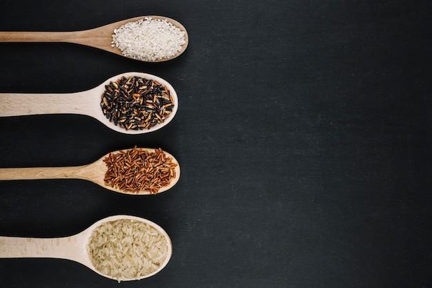 Fila de colheres com arroz