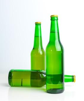Fila de garrafas de cerveja