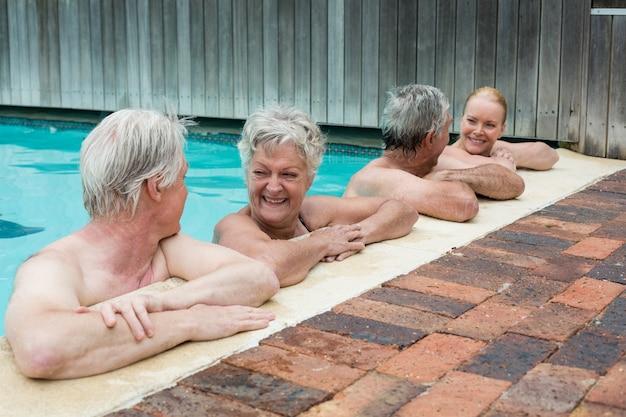 Fila de nadadores encostados na piscina