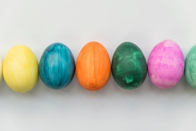 Fila de ovos coloridos