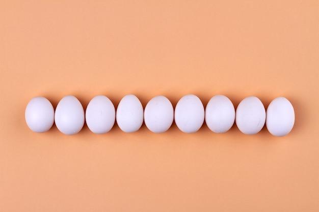 Fila de ovos de galinha brancos
