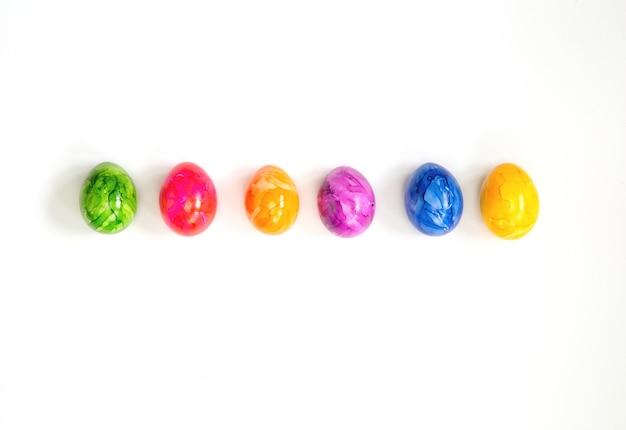 Fila de ovos de páscoa coloridos pintados