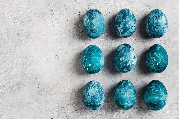 Fila de ovos de páscoa pintada à mão em azul