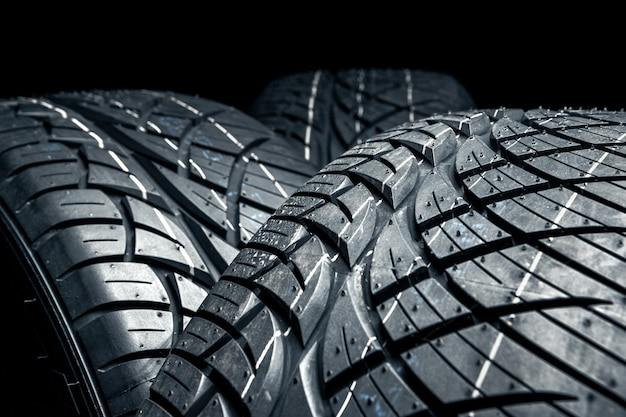 Fila de pneus de carro com um close-up de perfil