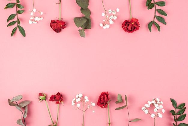 Fila de rosa; hálito de bebê; e folhas dispostas sobre pano de fundo pêssego