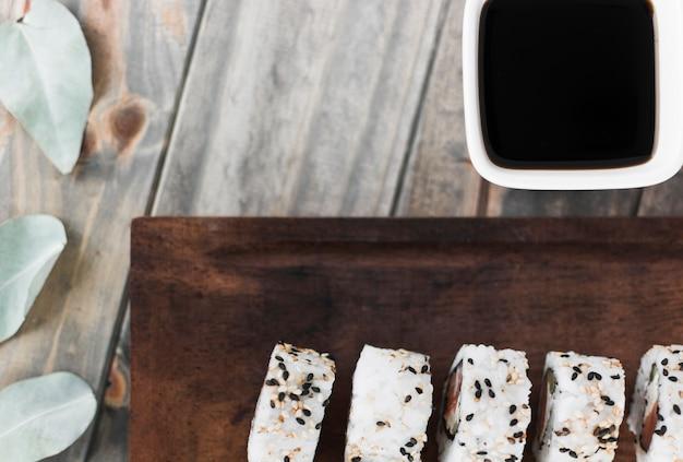 Fila, de, sushi rola, com, molho soja, em, tigela, tabela