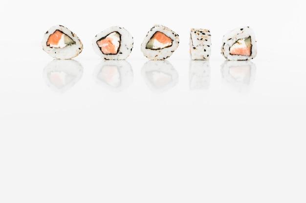 Fila de sushi rola comida japonesa no fundo branco