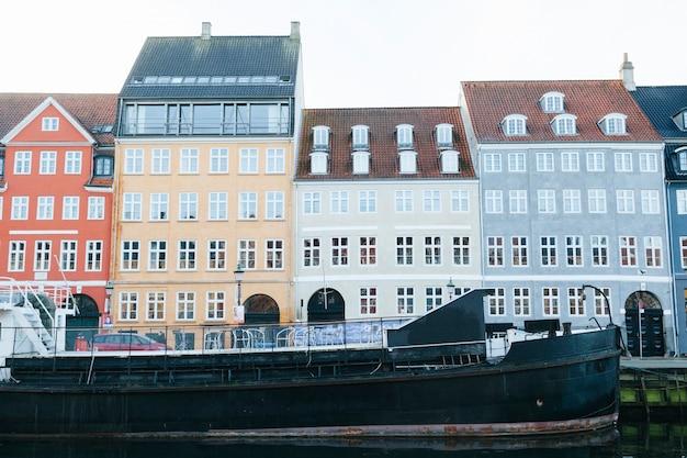 Fila dos edifícios da cidade em frente ao mar