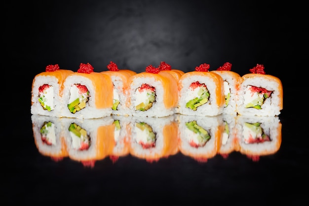 Filadélfia feita de salmão, pepino, nori, arroz em conserva, queijo, caviar masago