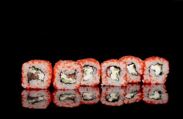 Filadélfia roll com salmão, queijo e pepino em preto