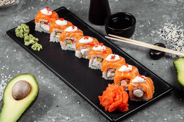 Filadélfia roll sushi com salmão defumado enguia pepino abacate cream cheese cardápio de sushi de caviar vermelho