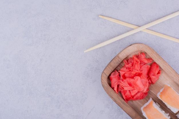 Filadélfia rolos com salmão e gengibre vermelho marinado.