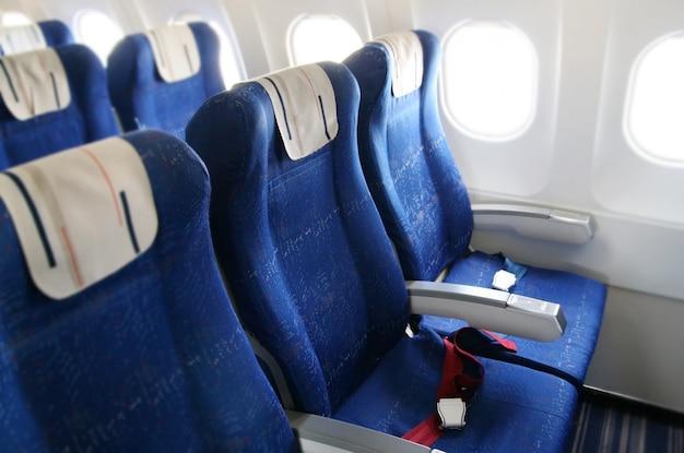 Filas de assento em uma cabine de avião