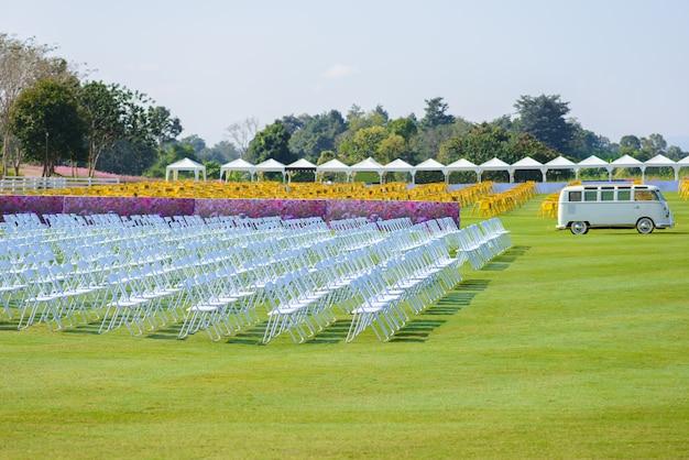 Filas de cadeiras vazias instaladas para uso externo