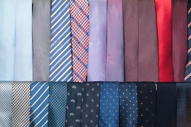 Filas de coleção de gravatas coloridas