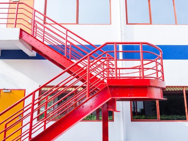 Filas de escadas de incêndio em janelas Foto Premium