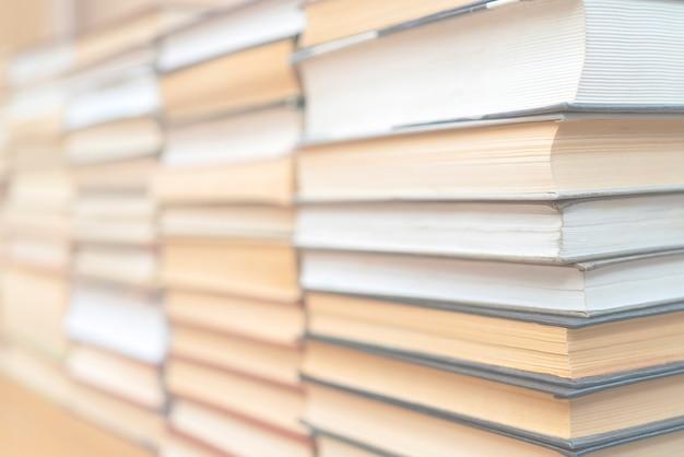 Filas de livros na biblioteca. plano de fundo para o texto. símbolo de conhecimento e aprendizado.