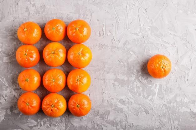 Filas, de, tangerinas, formando, um, retângulo, e, um, tangerina, ligado, cinzento