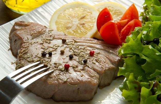 Filé de atum com salada