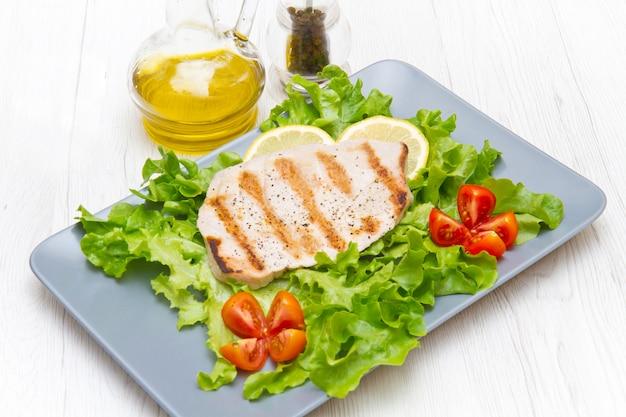 Filé de atum grelhado com salada e tomate