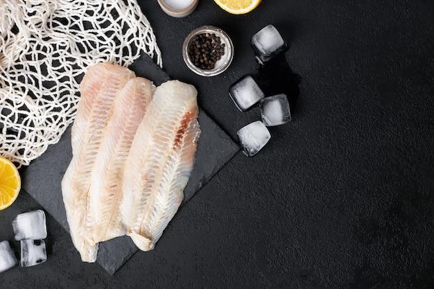 Filé de bacalhau branco fresco cru com especiarias e limão