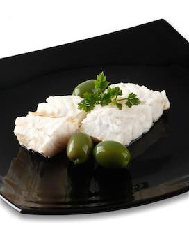 Filé de bacalhau com azeitonas e salsa