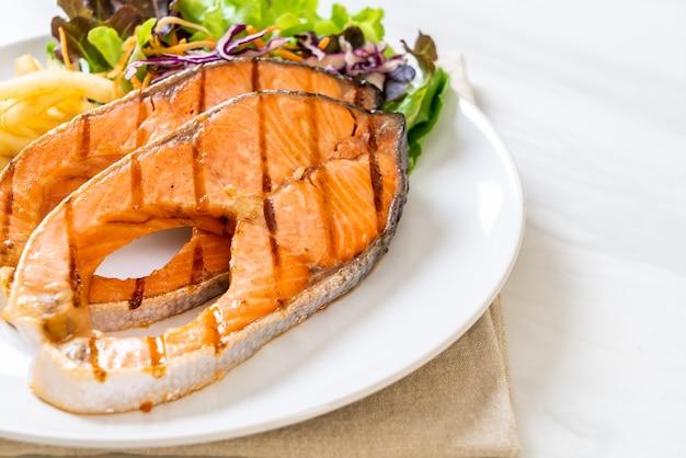 Filé de bife de salmão grelhado com batatas fritas