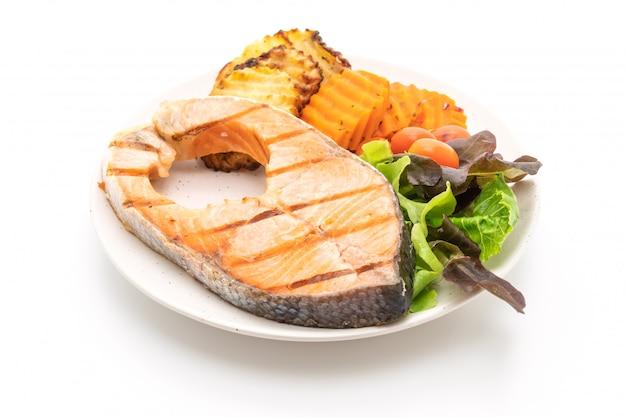 Filé de bife de salmão grelhado com legumes
