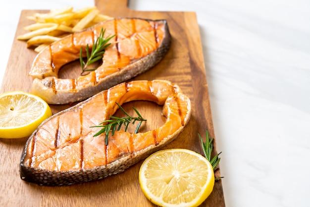 Filé de bife de salmão grelhado
