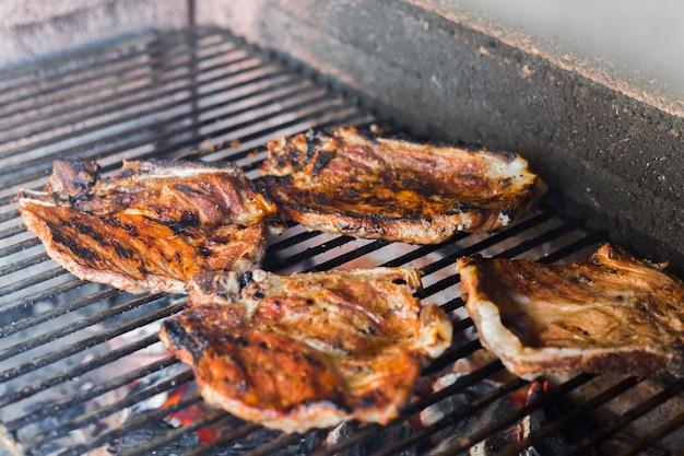 Filé de carne assada na grelha de grelha de metal