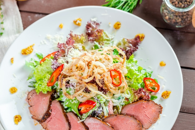 Filé de carne com salada